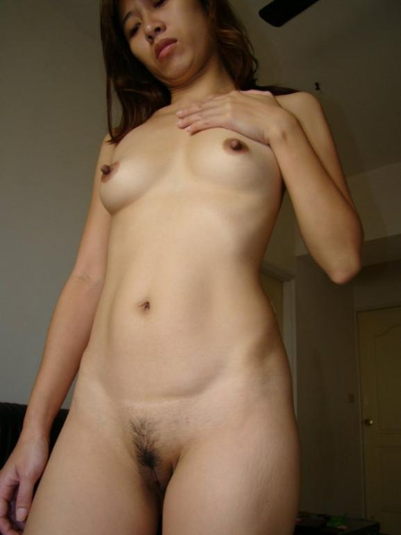 description peruvian gf with small breasts naked at home