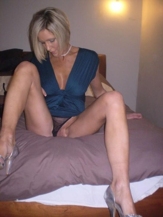 Hot housewives spreading their legs and expose pussy